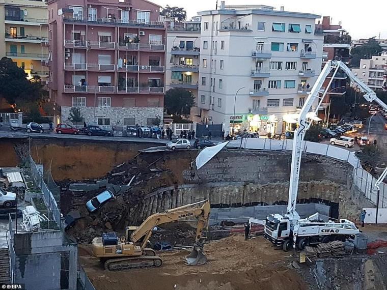 En Roma crecen los temores sobre los túneles subterráneos, ya que hay una media de 100 sumideros que aparecen cada año.  En la imagen: sumidero gigante de 30 pies en Roma en febrero de 2018