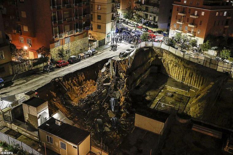 El sumidero es solo el último de una larga lista de derrumbes 'desastrosos' en la capital de Italia, mientras que un enorme sumidero de 30 pies se tragó notablemente seis autos en 2018 (en la foto)