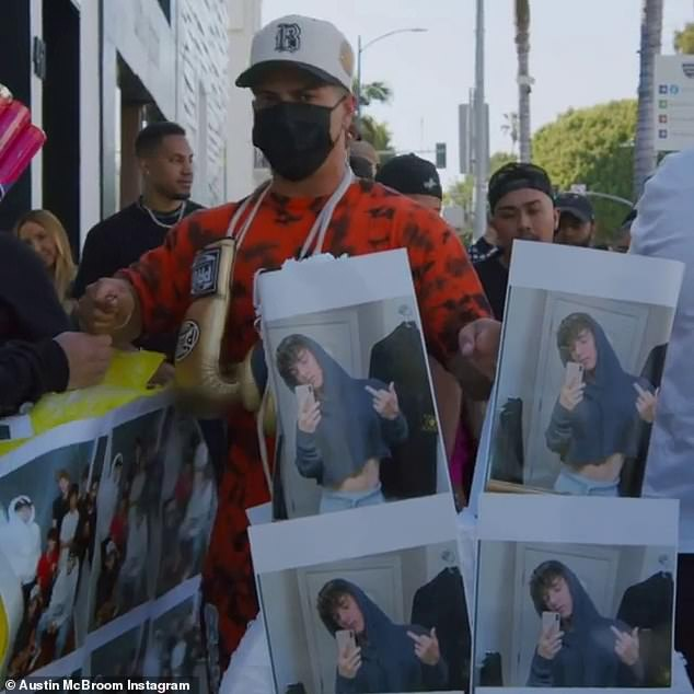 Take a swing! YouTuber Austin invited hundreds of fans to support him. He even had a piñata with Bryce's face on it, suggesting he was ready to offer up a beating