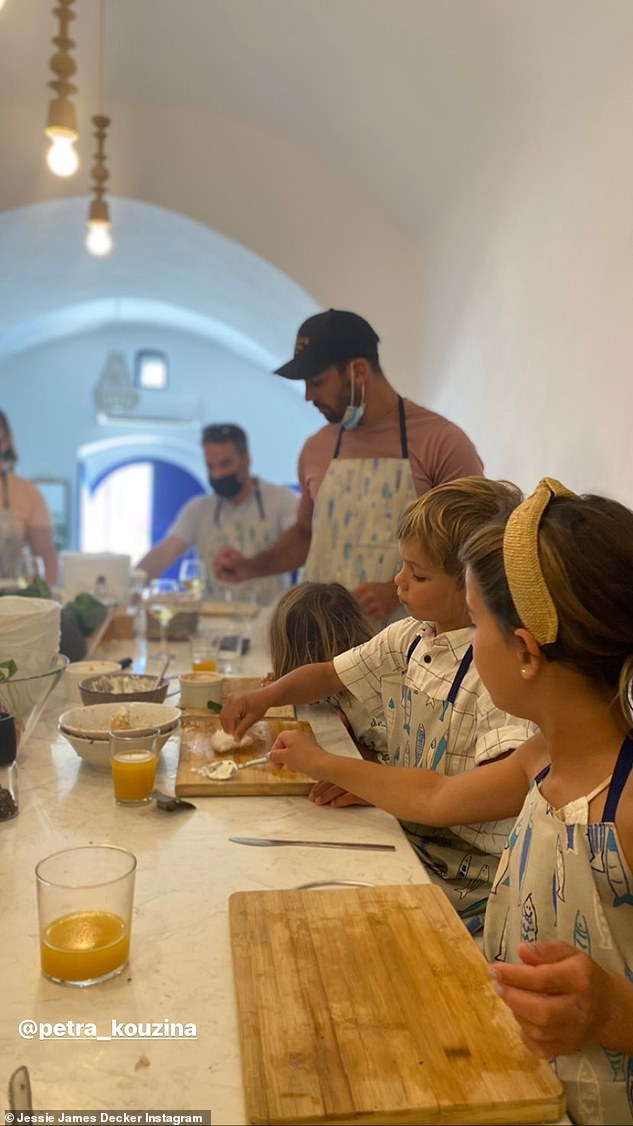 Yum! The New York Times bestselling author and her family appeared to be taking a cooking class