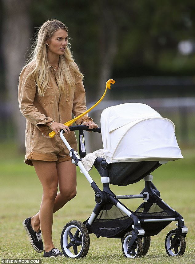 No Fashion Week for this new mum! Elyse Knowles stayed home in Byron Bay and enjoyed a peaceful walk with her son Sunny in his stroller on Wednesday