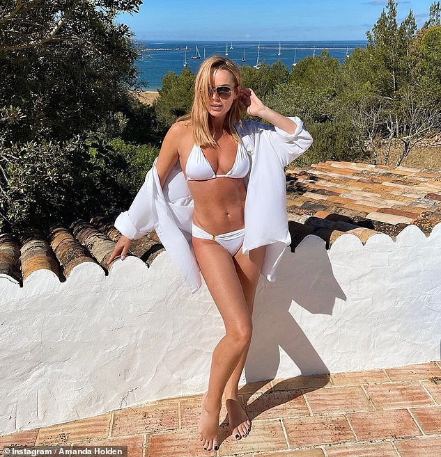 'All white'!On Wednesday Amanda ensure her jaw-dropping figure was on full display as she posed in a tiny white bikini in a sun-soaked location