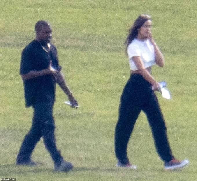 獨家:Kanye West 與 Irina Shayk 一起搶籃板,兩人在 44 歲生日時在法國浪漫漫步