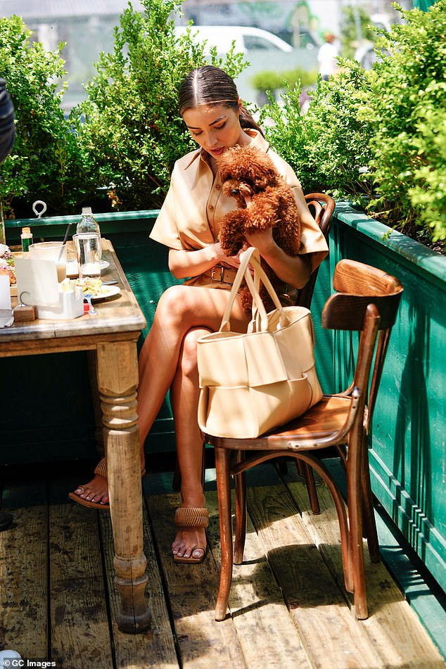 Olivia showed her attention to detail by carrying a matching beige tote bag on the outing