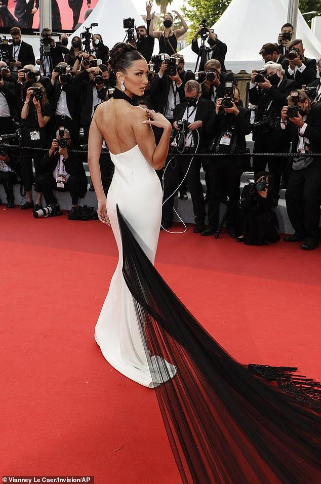 Robe blanche avec longue traîne noire dos nu