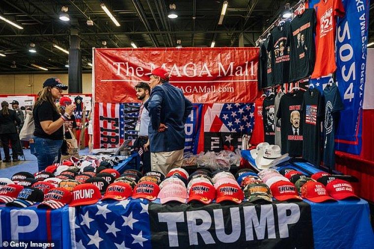 Trump hablará en CPAC el domingo por la tarde.  Un vendedor vende mercadería de Trump durante CPAC el sábado