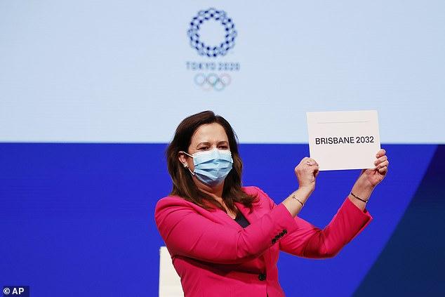 Annastacia Palaszczuk, de staatspremier van Queensland, waar Brisbane is gevestigd, houdt een kaart omhoog om de overwinning aan te kondigen en zegt tegen mensen dat ik nooit van mijn leven had gedacht dat dit zou gebeuren.