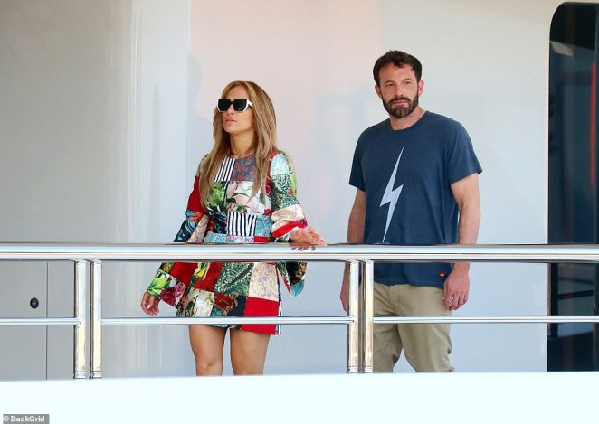 Jennifer Lopez and Ben Affleck share a passionate kiss as they leave Saint- Tropez dinner - Latest Celebrity News