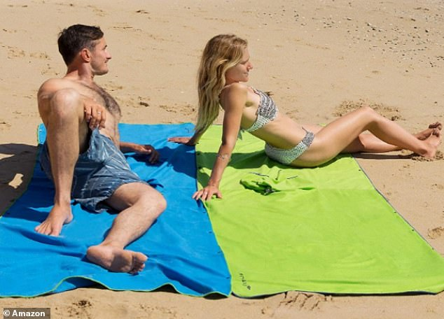 The side snaps make it easy to open the changing poncho and turn it into a large beach towel