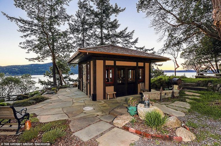 Pool house: There is a small hut overlooking the waters outside