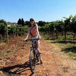 Phoebe Dynevor shows off her figure in orange bikini during girly trip to Croatia💥👩💥💥👩💥