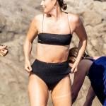 Maria Sharapova shows off her enviably toned abs in a black bikini 💥👩💥