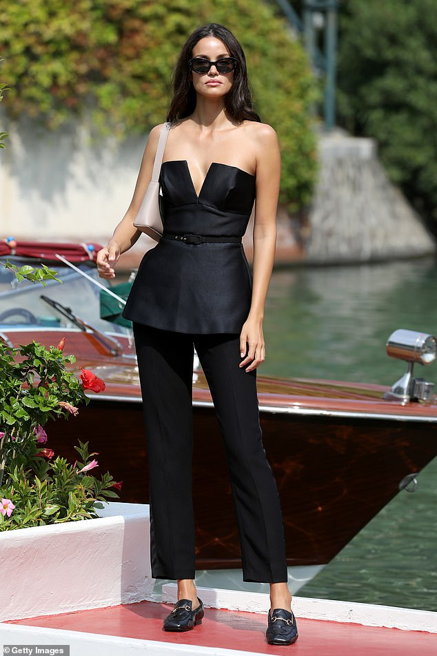 Wow!  Sofia, 30, arrived racing style, creating a storm for photographers by showing off her slim waist in a black mini dress.