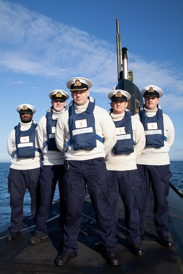 चित्र: एचएमएस ट्रेंचेंट पर चालक दल के सदस्य। बाएं से दाएं: एंडी पांडियन, जॉन शेल्डन, डेव ब्यूरेल, जिम रीड, एंडी बेंजी