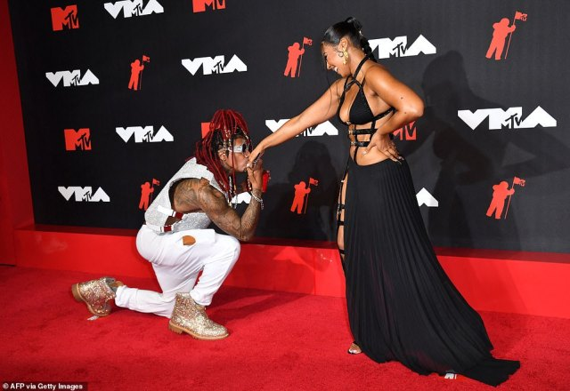 Enchanté: She was so sexy that Nick Cannon got on his knees to kiss the songstress on the hand