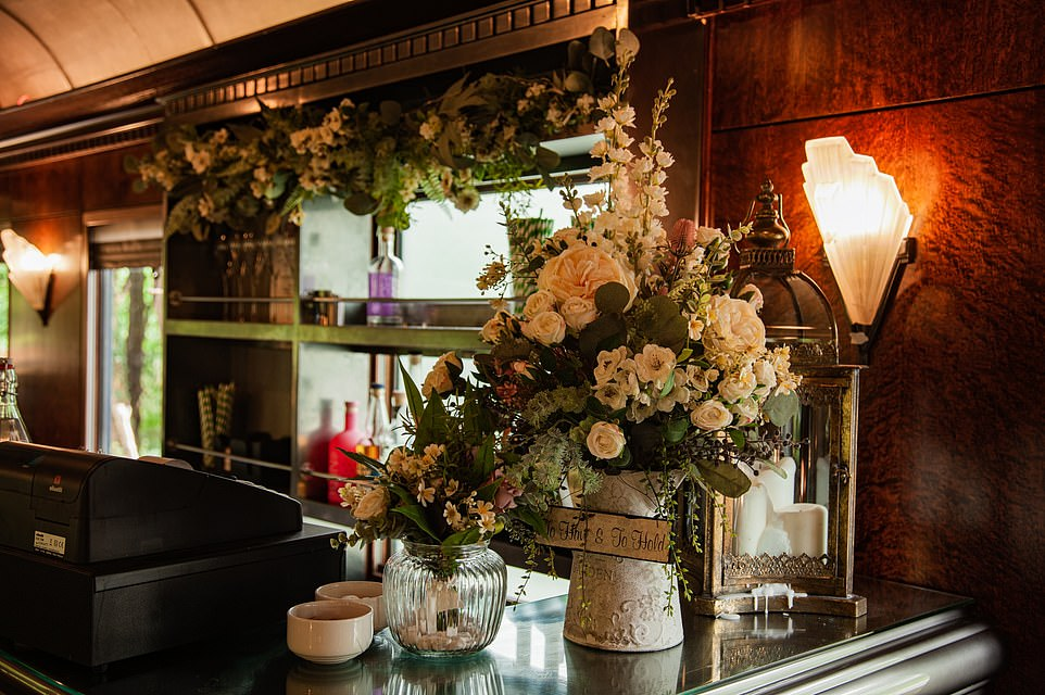 To the right of this image you can see an example of the Art Deco lighting that lines the walls of both the restaurant carriage and the salon with its bar