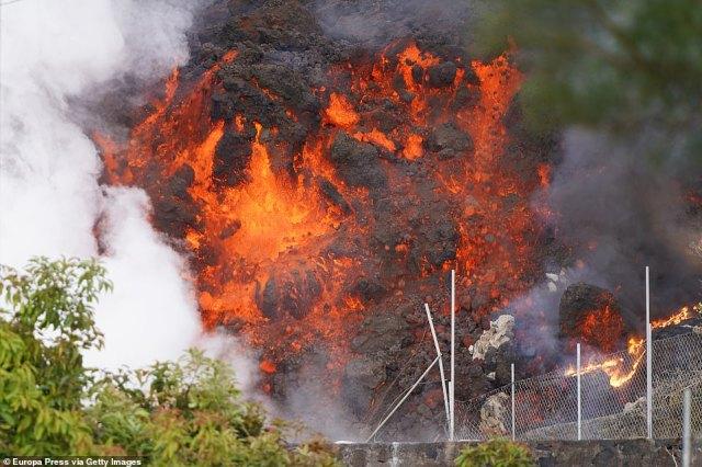 The Cumbre Vieja volcano spews lava and ash in the area of Cabeza de Vaca on September 20, 2021 in La Palma, Canary Islands, Spain