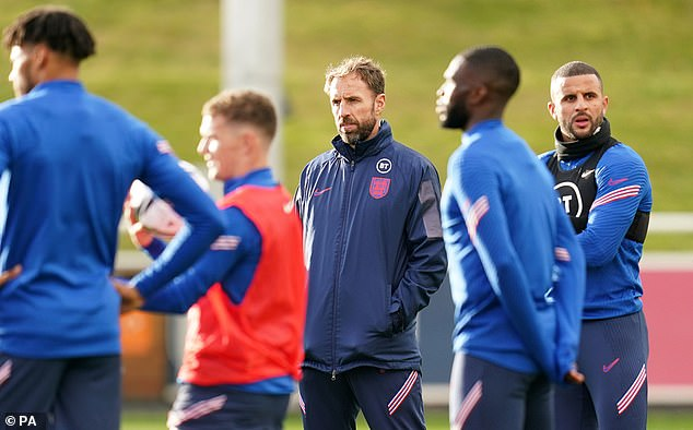 Five England stars join the squad without vaccinations this week