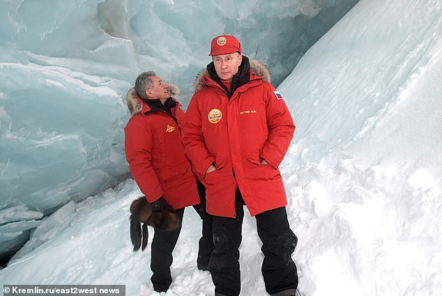 Putin visits the Franz-Josef archipelago in the Arctic with Minister of Defence Sergey Shoigu
