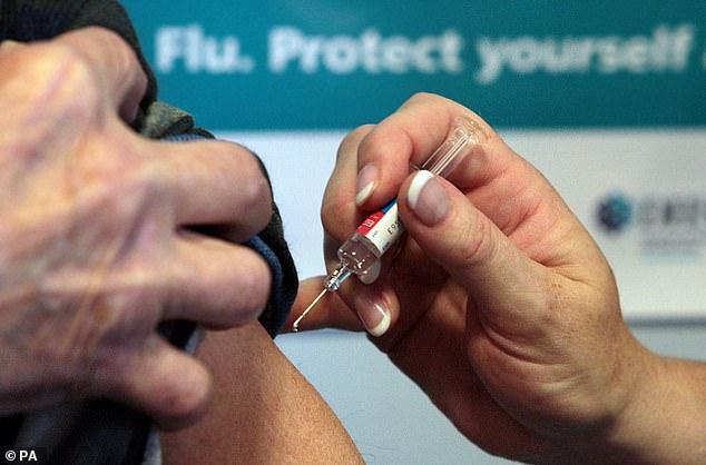 Cet automne, tous les enfants âgés de 12 à 15 ans se voient proposer la première dose du vaccin Pfizer COVID-19, et les directives du gouvernement indiquent que les parents sont «demandés le consentement» (stock image)