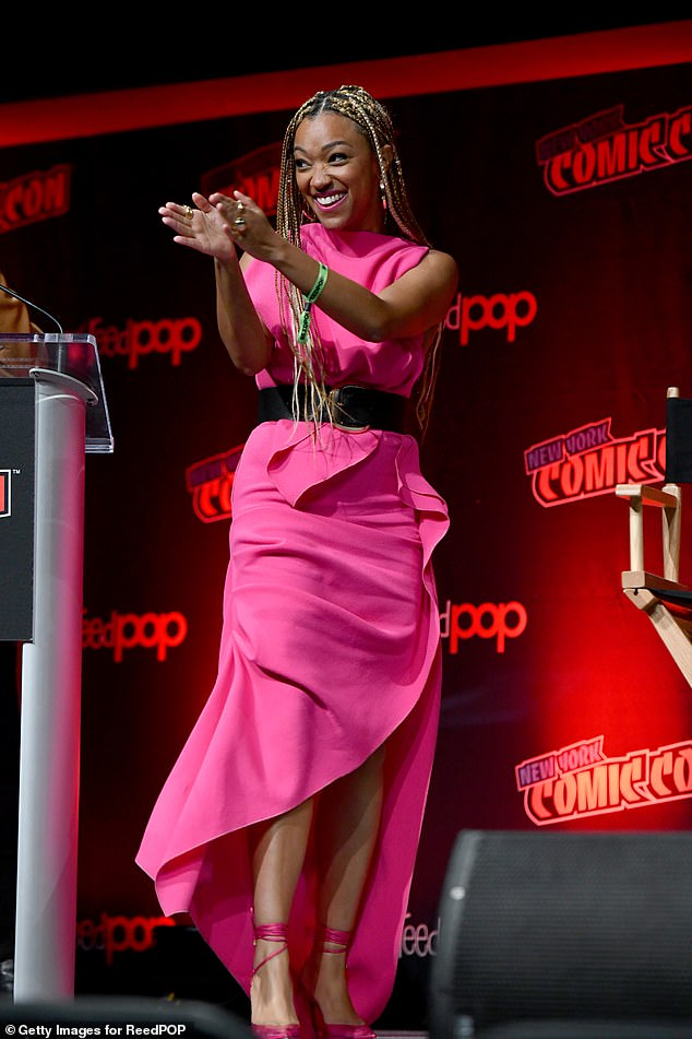 Sonequa's look:Martin-Green took to the stage in an elegant, sleeveless hot pink dress with a black belt and matching hot pink pumps