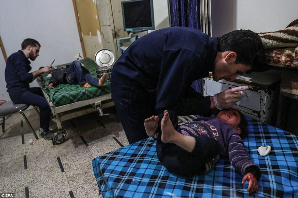 Observadores de derechos humanos dijeron que el hospital en Douma se está quedando sin suministros esenciales para tratar a los heridos