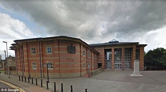 Mubarek Ali, de 34 años, vendió adolescentes por sexo encima de un restaurante indio en Telford después de acicalarse.  Fue sentenciado en Stafford Crown Court (en la foto)