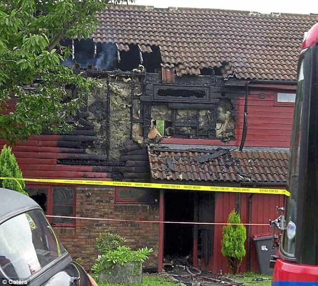 Los restos quemados de la casa de la familia Lowe's, donde Lucy, Eileen y Sarah Lowe murieron en un incendio iniciado por el abusador de Lucy, Azhar Ali Mehmood, de 26 años.