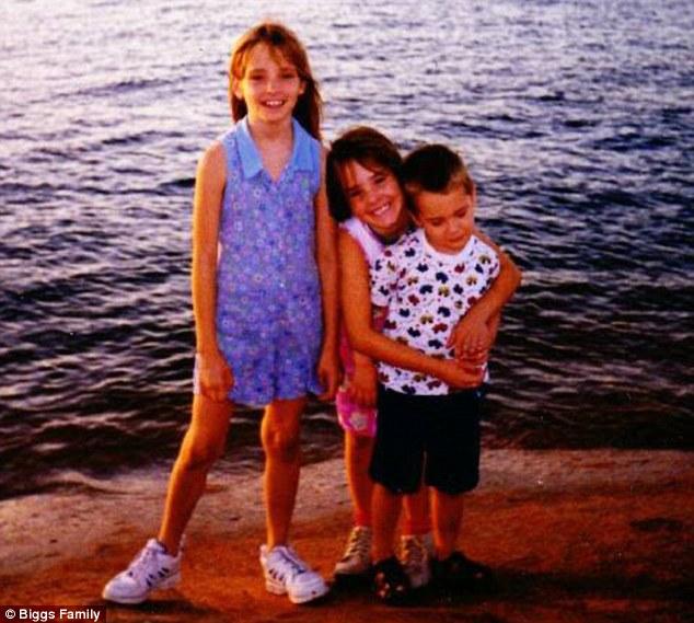 Mikelle Biggs (kiri), bersama kakak dan adiknya.