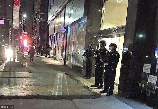 Los agentes del NYPD, representados el viernes por la noche, fueron desplegados en respuesta al ataque militar de Trump en Siria