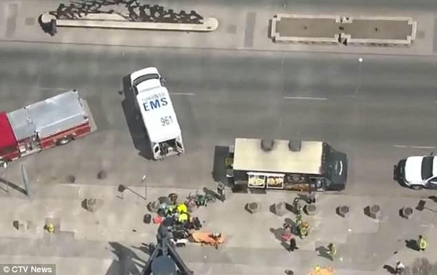 El alcance de las lesiones no se confirma después de que la camioneta golpeó a diez personas en Yonge St. cerca de Finch Ave, Toronto