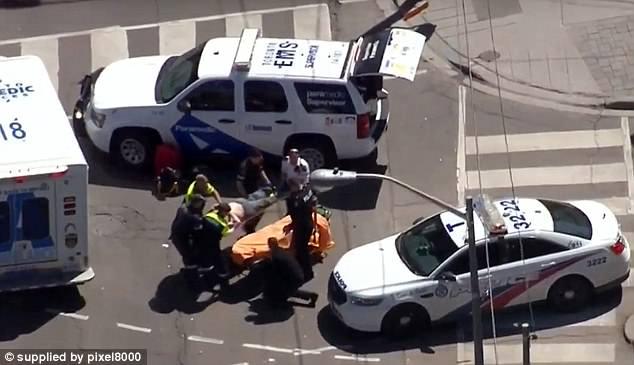 La policía de Toronto está en el lugar y ha cerrado la calle mientras los primeros respondedores tratan a algunos de los heridos en la acera
