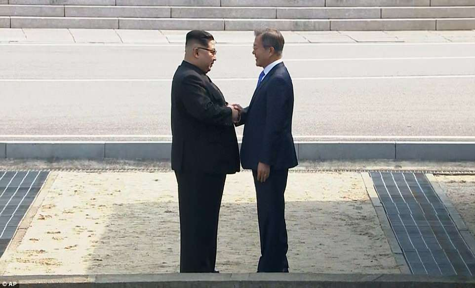 Smiling broadly and exchanging greetings, the two shook hands for a long time, looking from outward appearances like old friends