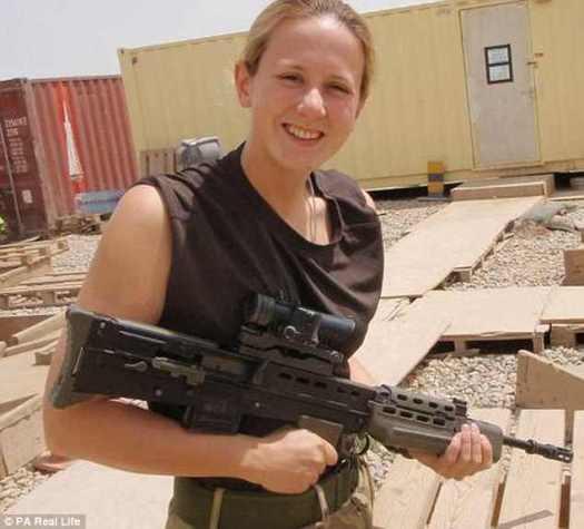 El ex controlador de tráfico aéreo de la RAF incluso ha admitido con valentía que está contenta de que sus hijos pequeños no la recuerden para evitarles el dolor del duelo por ella (en la foto en Afganistán)