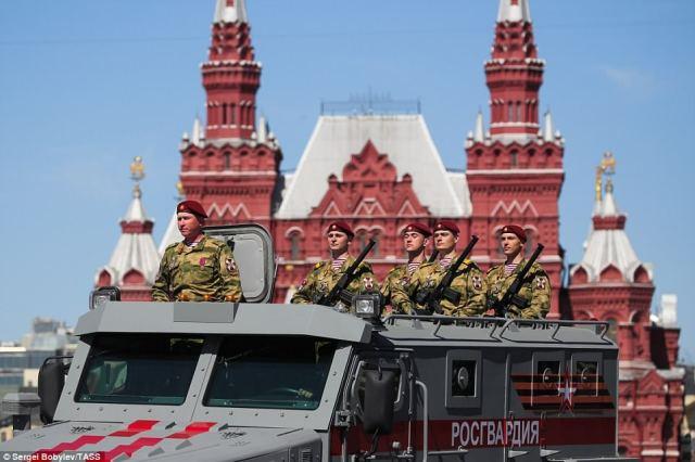 第二次世界大戦でソビエト連邦の勝利を記念する記念碑に参加したロシアの警備員