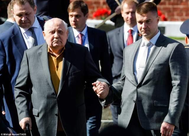 元大統領ソビエト連邦ミハイル・ゴルバチョフ大統領は、イベントに出席する準備として歩くことができます