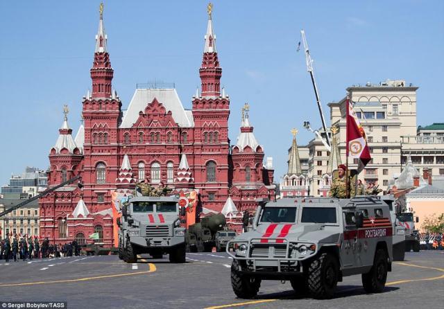 パトゥルール(正面)とモスクワの赤い広場を通るウラルの装甲車
