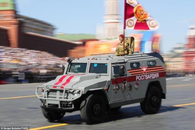 赤い広場の下で最高のレースに座っている兵士とPatrul装甲車両