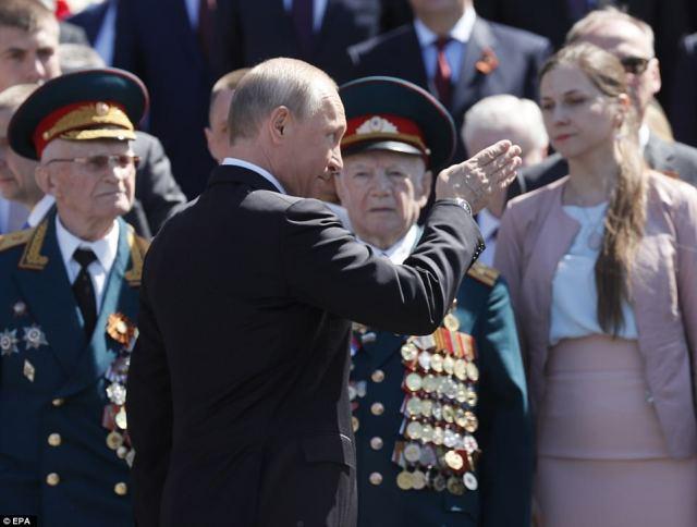 火葬儀式中にロシアのプーチン大統領のジェスチャー