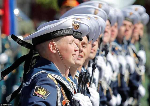 ロシア軍のすべての支部の人員がパレードに出席した。 近年、国は軍事費を急増させている