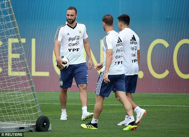 Gonzalo Higuain (L) praised the Argentinian FA for 'doing the right thing' before training