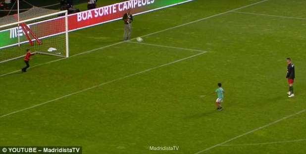 El jugador de siete años anotó un brillante pase de curling en el Estadio Da Luz, sede del Benfica