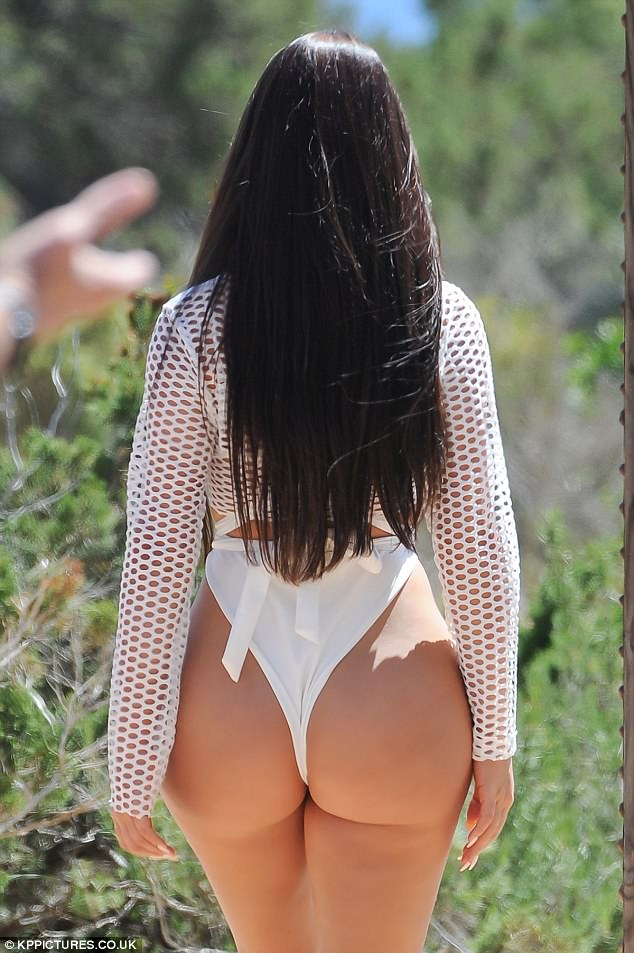 Curves for days! Her peachy posterior was the centre of attention