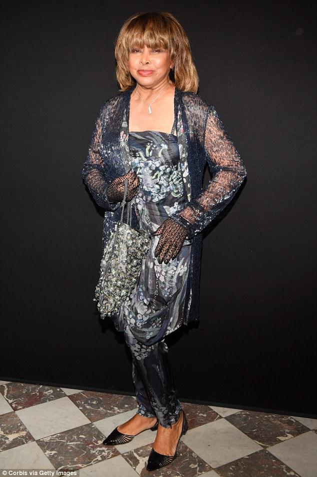 Tragische Nachrichten: Tina Turner nahm am Giorgio Armani Prive Haute Couture-Fall teil / Winter 2018-2019 Show in Paris am Dienstag, Stunden bevor ihr Sohn tot vom Selbstmord gefunden wurde