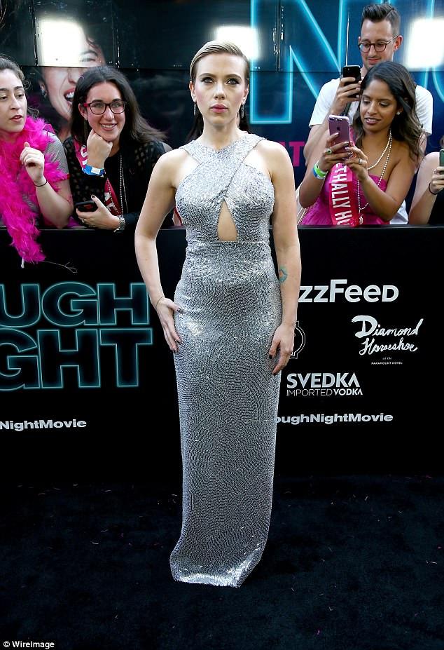 Antwort zurück: Reps für Scarlett Johansson, 33, Team feuerten schnell auf die Flak zurück, die die Schauspielerin erhielt, als sie einen Transgender-Mann in Rupert Sanders kommendem Drama Rub & Tug spielen wollte; gesehen im Juni 2017