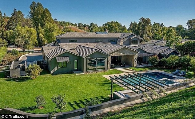Letztes Jahr hat Kylie dieses 9,9 Millionen Dollar teure Haus in Hidden Hills, Kalifornien, bespült. Jüngste Berichte deuten darauf hin, dass sie ein weiteres Gebäude in der Stadt baut