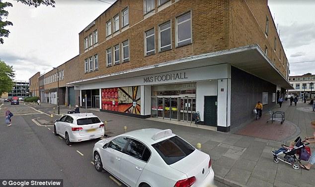 L'homme de 77 ans aurait subi une crise cardiaque suite à l'altercation survenue près d'un bloc de toilettes à Crawley, dans le West Sussex.