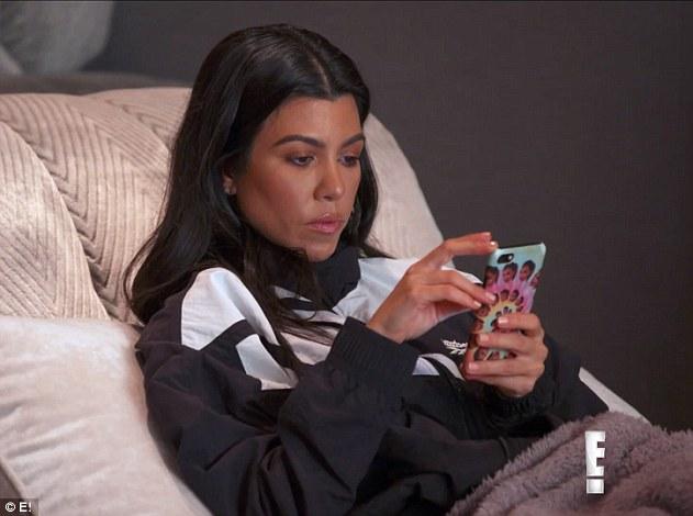 Ignoriere: Bald nimmt Kourtney ihr Telefon und scheint ihre Schwestern zu ignorieren, was Khloe nicht schätzt