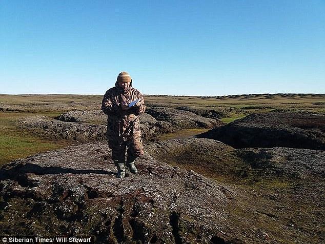 Après avoir examiné la carcasse, Albert Protopopov, expert en mammouth (photo) de l'Académie des sciences de Russie, insiste sur le fait qu'il s'agit d'un adulte et non d'un bébé et que le spécimen sera extrait de sa tombe inaccessible l'été prochain.