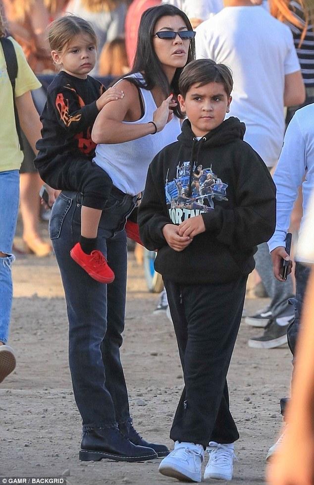 Kourtney Kardashian dons mom jeans at star-studded Malibu ...